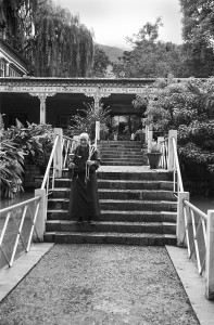 Norling Guest House - Nun on steps