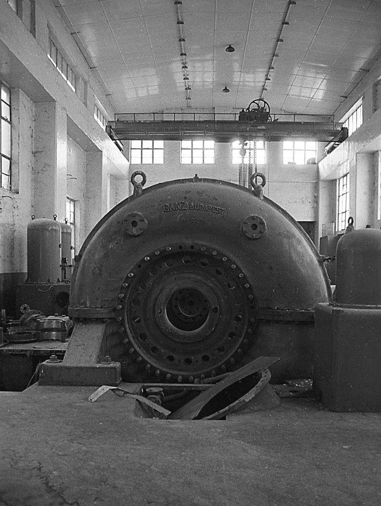 Turbine Hall - Ganz turbine and crane